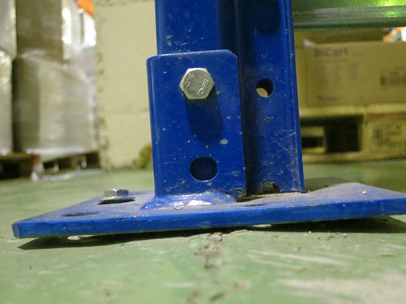 Daño base estantería carga manual