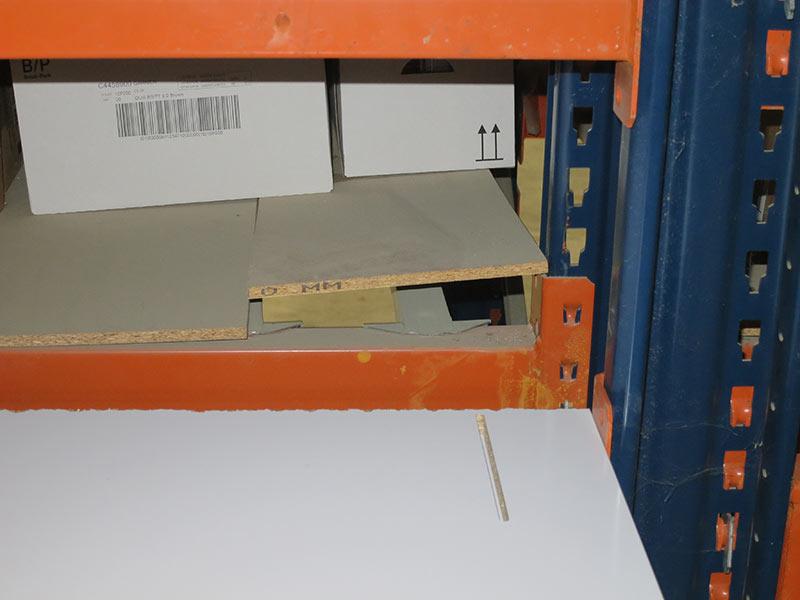 Daño estantes estantería carga manual