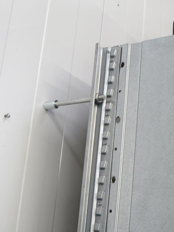 Daño fijación pared estantería carga manual