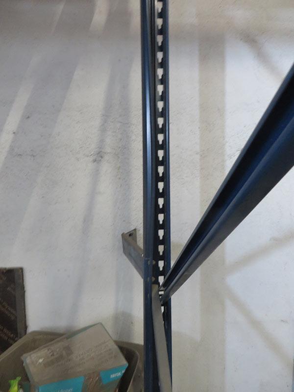 Daño fijación pared estantería regulable paletas