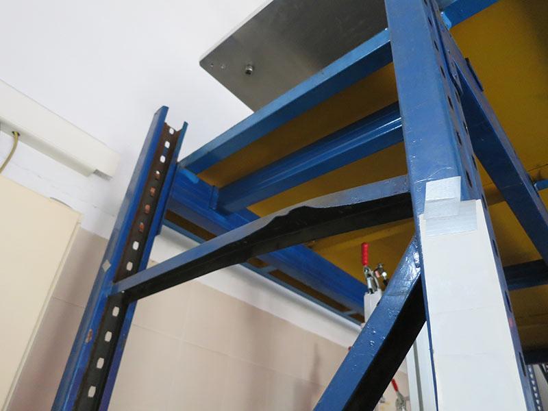 Daño diagonal estantería carga manual