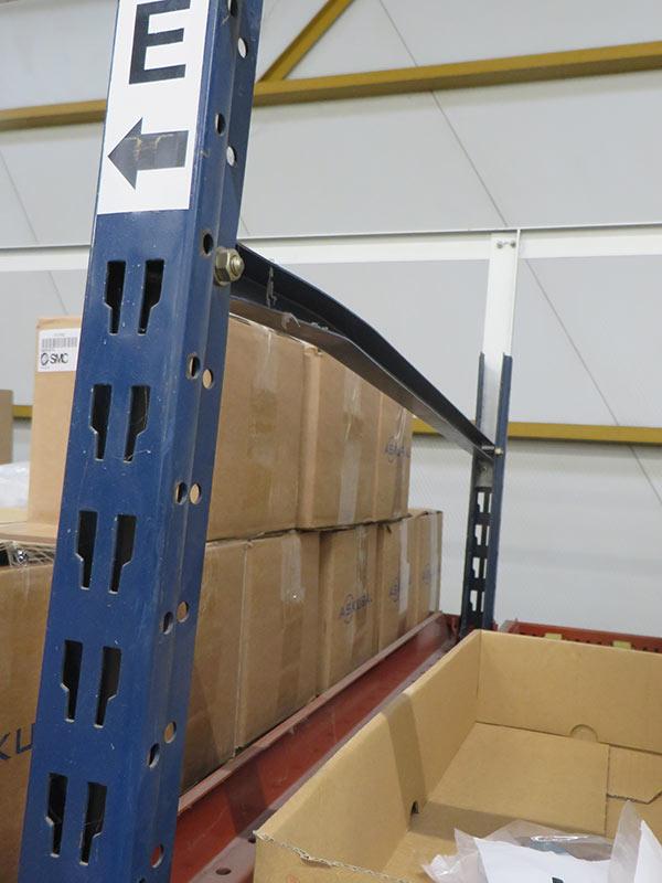 Daño horizontal estantería carga manual