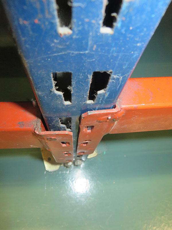 Daño larguero estantería carga manual