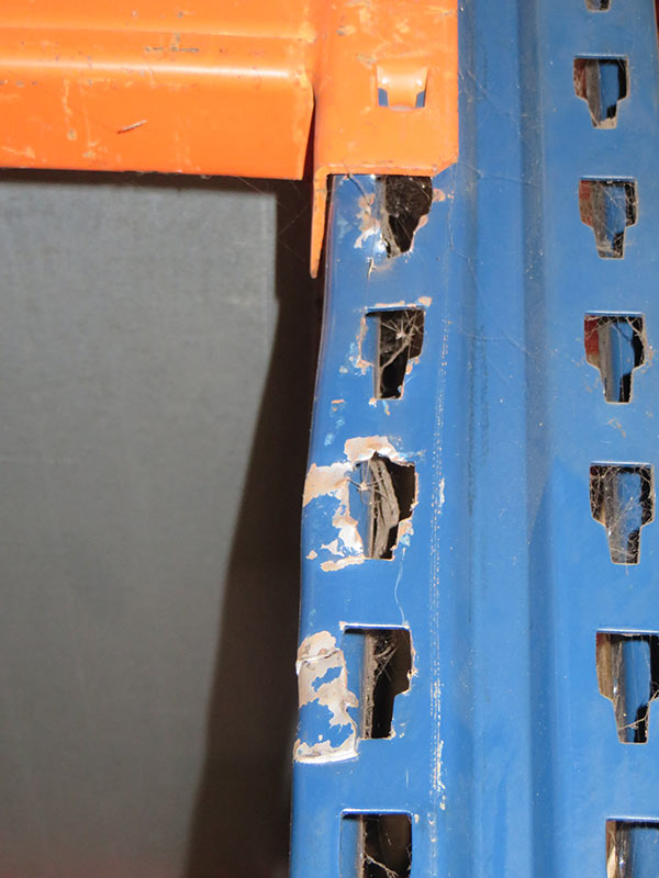 Daño puntal estantería carga manual