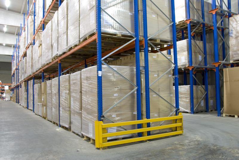Protectores de puntal para las estanterías en el almacén